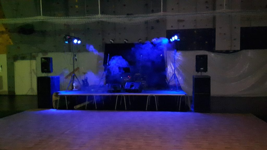 StingRay og Kristine Østenby har rigget for arrangement type romjulsfest i Aurskoghallen