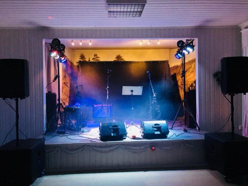 EVO partyduo klar for romjulsfest på Komnes i Hvittingfoss. Passe stor scene i et typisk grendehus-lokale i Buskerud.