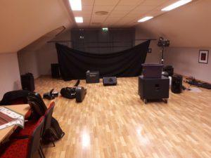 Her er vi igang med å rigge scenen. Det er mye som skal på plass.  Rigging tar vanligvis 1 time.