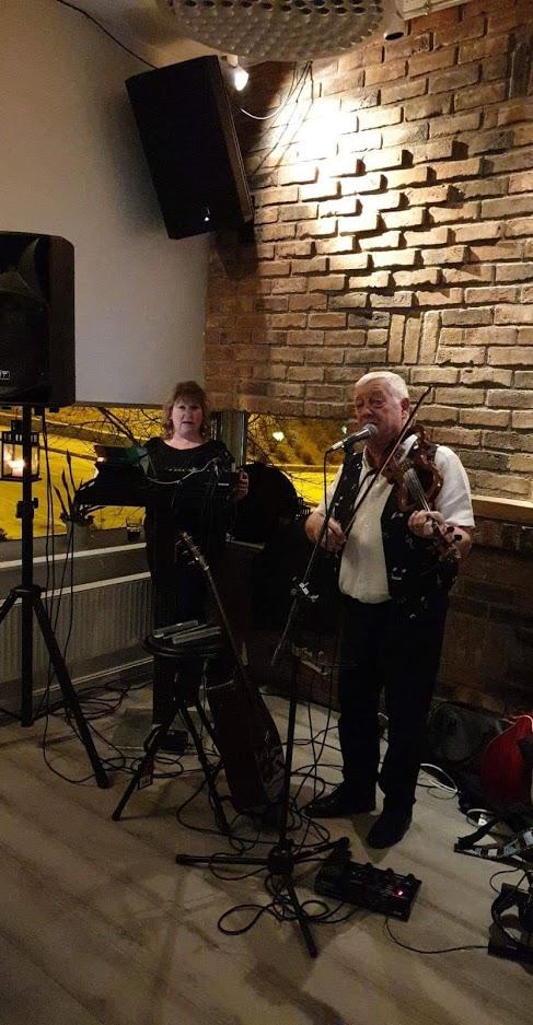 Brendan O'Brian rocket pub i Trøgstad med irsk musikk
