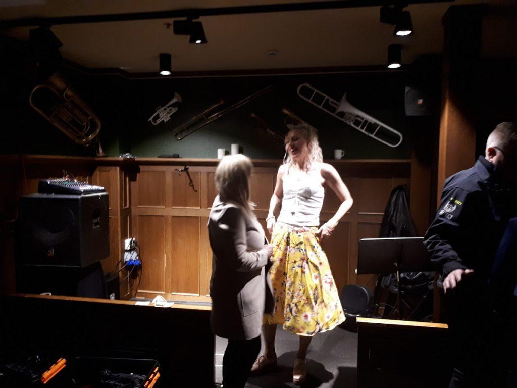 Nina snakker med ei dame som likte låtene våre veldig godt da vi spilte på Dickens Drammen skjærtorsdag