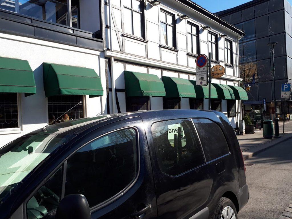 EVOs bandbuss parkert utenfor Dickens Pub