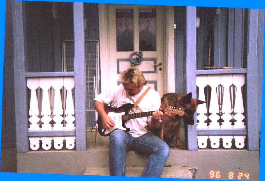 Min første gitar, en Kingsound Stratocaster. Her på trappa hjemme med sjæferen Jutta som publikum.