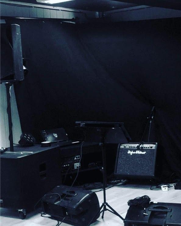 Rigging pågår! Levende musikk krever lyd og lys. Her rigger EVO partydup på Hangover Bar Bjørkelangen