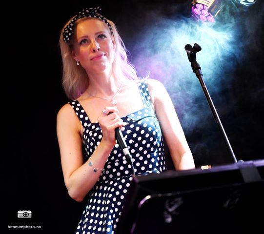 Betenksom Nina fotografert av Roger Hennum på Pavarotti i Drammen da EVO Partyduo spilte der
