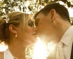 Brudepar kysser på bryllupsdagen