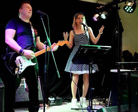 EVO Partyduo spiller opp til allsang og dans på Pavarotti Bar i Drammen
