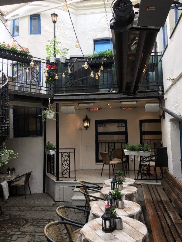 Utescenen på Pavarotti Bar i Drammen før EVO rigget seg til.
