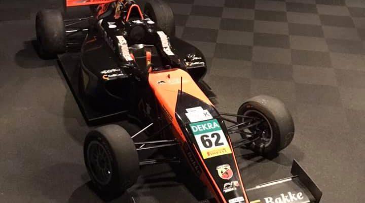Formelbilen til Dennis Hauger i lokalet til Bakke AS der julebordet skulle avholdes